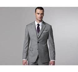 Elegantný sivý svadobný oblek