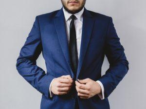 Biela košeľa, kravata a modrý svadobný oblek